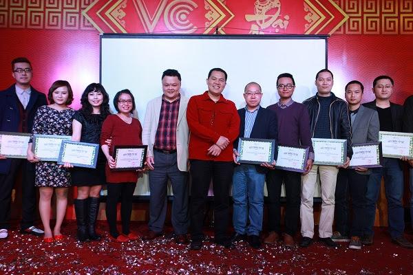 Các leader của các bộ phận lên nhận giải Bộ phận xuất sắc trong năm.