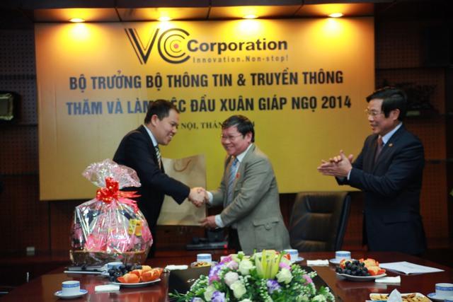 Phó chủ nhiệm Ủy ban văn hóa giáo dục thanh niên - nhi đồng Quốc hội Lê Như Tiến cũng gửi tặng VCCorp món quà đầu xuân.