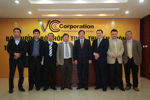 Bộ trưởng Nguyễn Bắc Son và đại diện Bộ TT - TT chụp ảnh lưu niệm cùng BGĐ VCCorp.