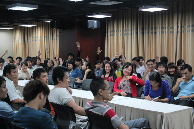 Những cánh tay giơ lên khi được hỏi về việc hiểu sếp mình được bao nhiêu?